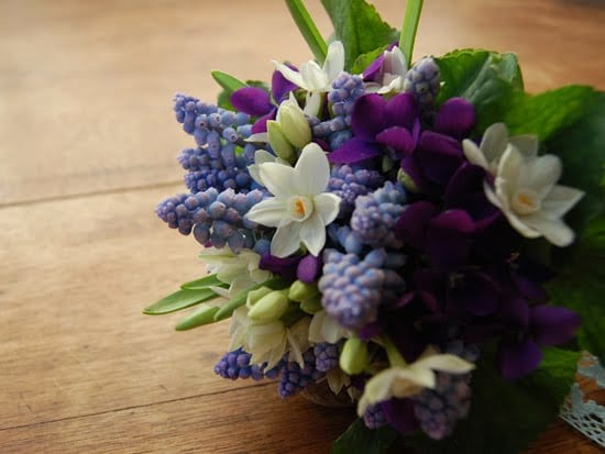 muscari-paperwhites-bouquet