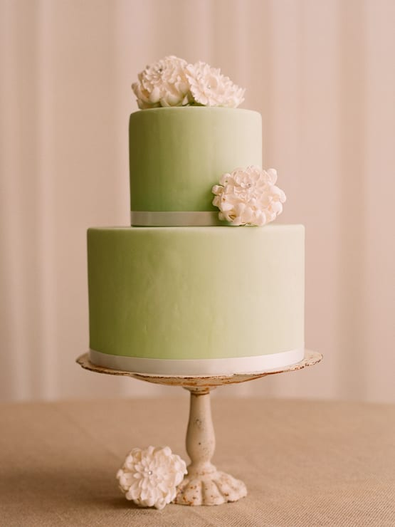 green-white-wedding-cake-vintage-cakestand