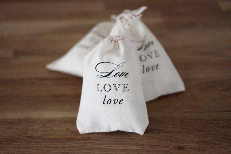 Wedding Favor Bags Ideas : love-wedding-favor-ideas-muslin-drawstring-bags
