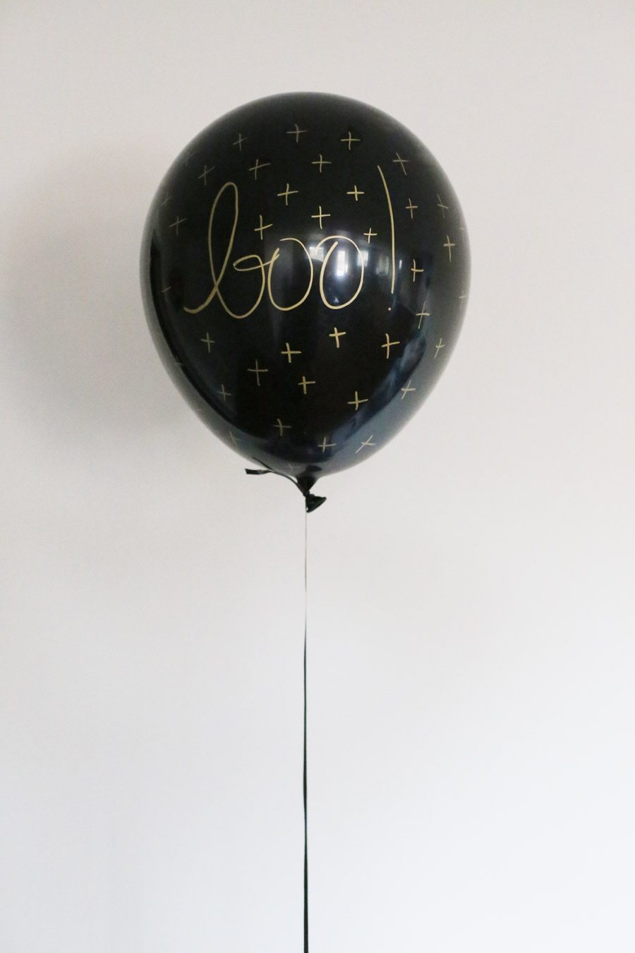 DIY Black and Gold Halloween Balloons from @cydconverse