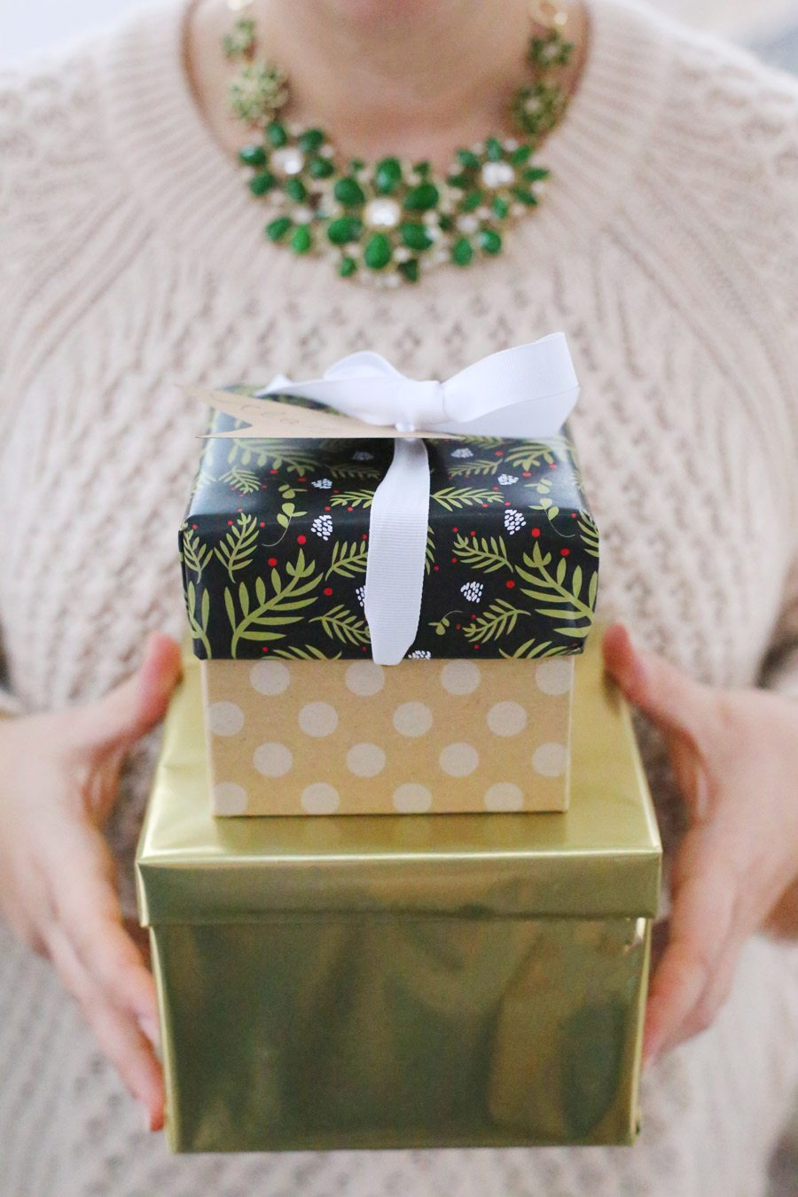 Printable Holiday Gift Wrap from @cydconverse