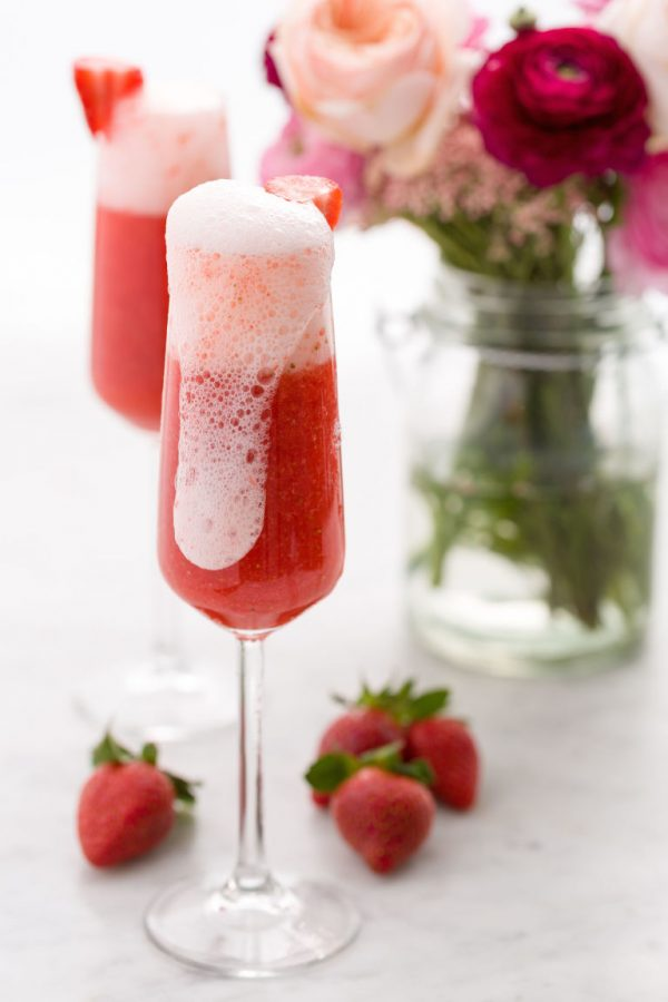 Strawberry Mimosa | Mimosa recipes + Easter brunch ideas from @cydconverse
