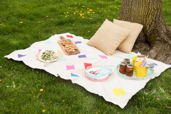DIY Picnic Blanket | Click through for the tutorial or repin to save for later! Visit @cydconverse for DIY projects, party ideas, entertaining ideas and more!