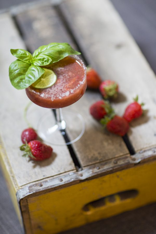 Fresh Strawberry Margarita Recipe | Cinco de Mayo ideas and margarita recipes from @cydconverse | Repin to save or click through for more party ideas and recipes!