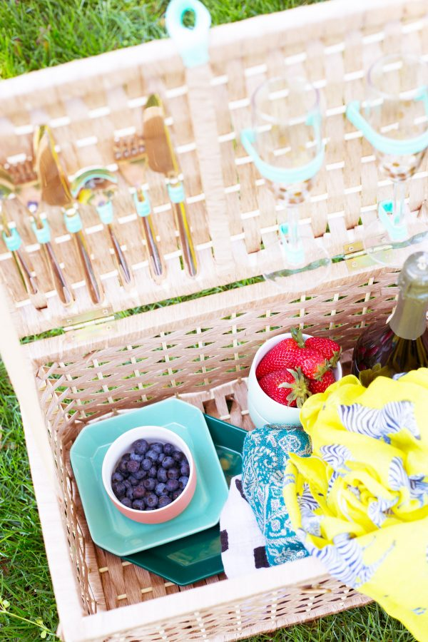 DIY Picnic Basket | DIY ideas for summer beach days and other fun summer ideas from @cydconverse