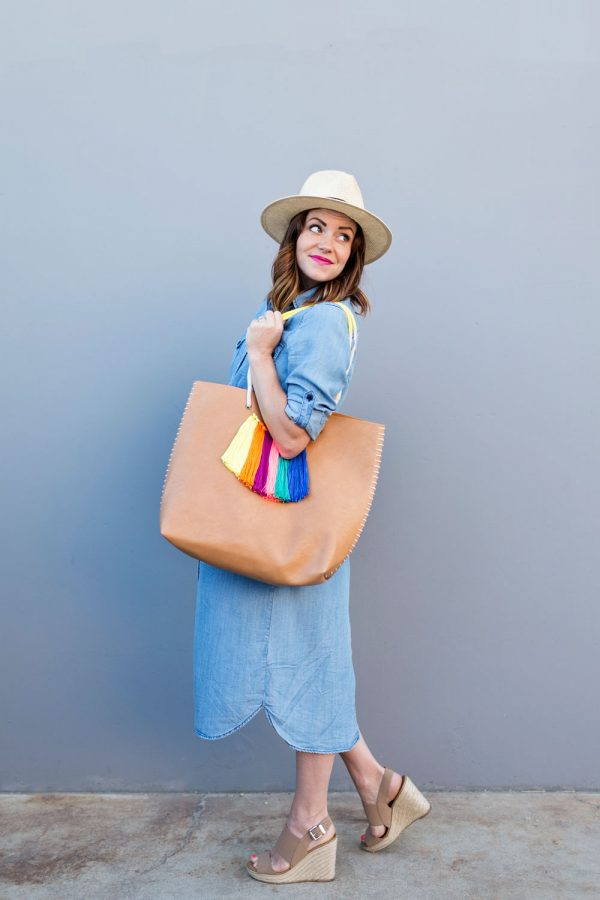 DIY Tassel Tote Bag   DIY ideas for summer beach days and other fun summer ideas from @cydconverse