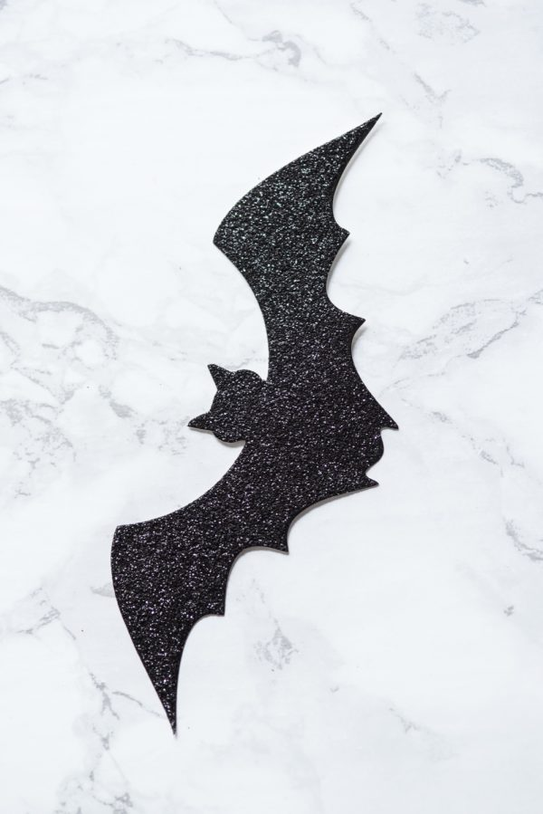 DIY Bat Branch Halloween Centerpiece   Halloween decorations, Halloween party ideas and Halloween recipes from @cydconverse