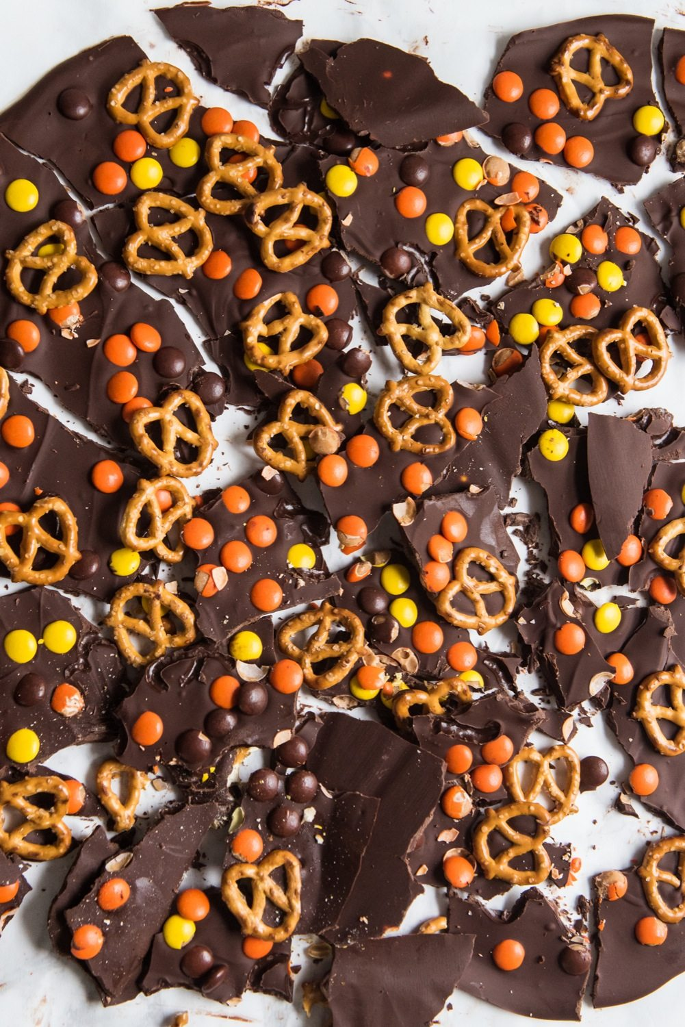Halloween Candy Bark Recipe   Halloween party ideas, Halloween recipes and entertaining tips from @cydconverse