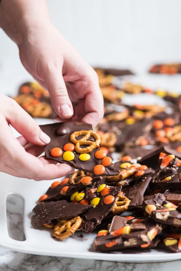 Halloween Candy Bark Recipe | Halloween party ideas, Halloween recipes and entertaining tips from @cydconverse