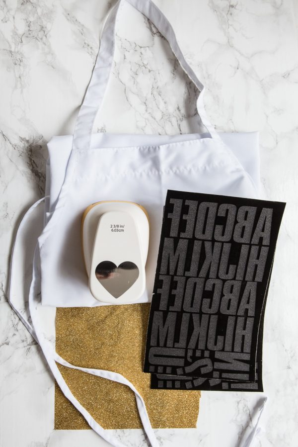 DIY Graphic Aprons from @cydconverse | Hostess gift ideas, DIY gifts, homemade gifts, entertaining ideas and more!