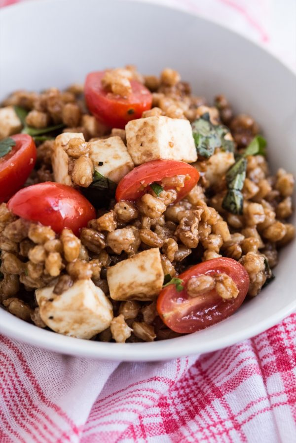 Tomato + Farro Mozzarella Salad Recipe | Healthy vegetarian recipes, weeknight dinner ideas and more from @cydconverse