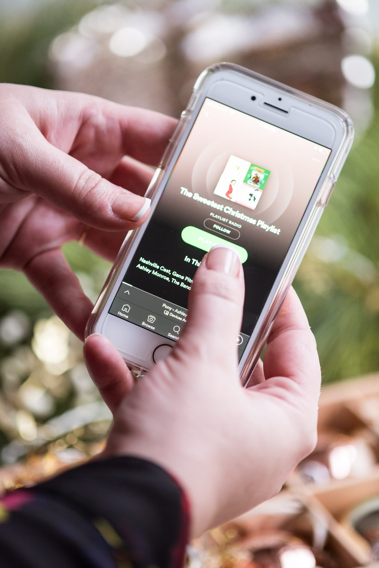 Last Minute Entertaining Tips | The Best Holiday Playlist from @cydconverse
