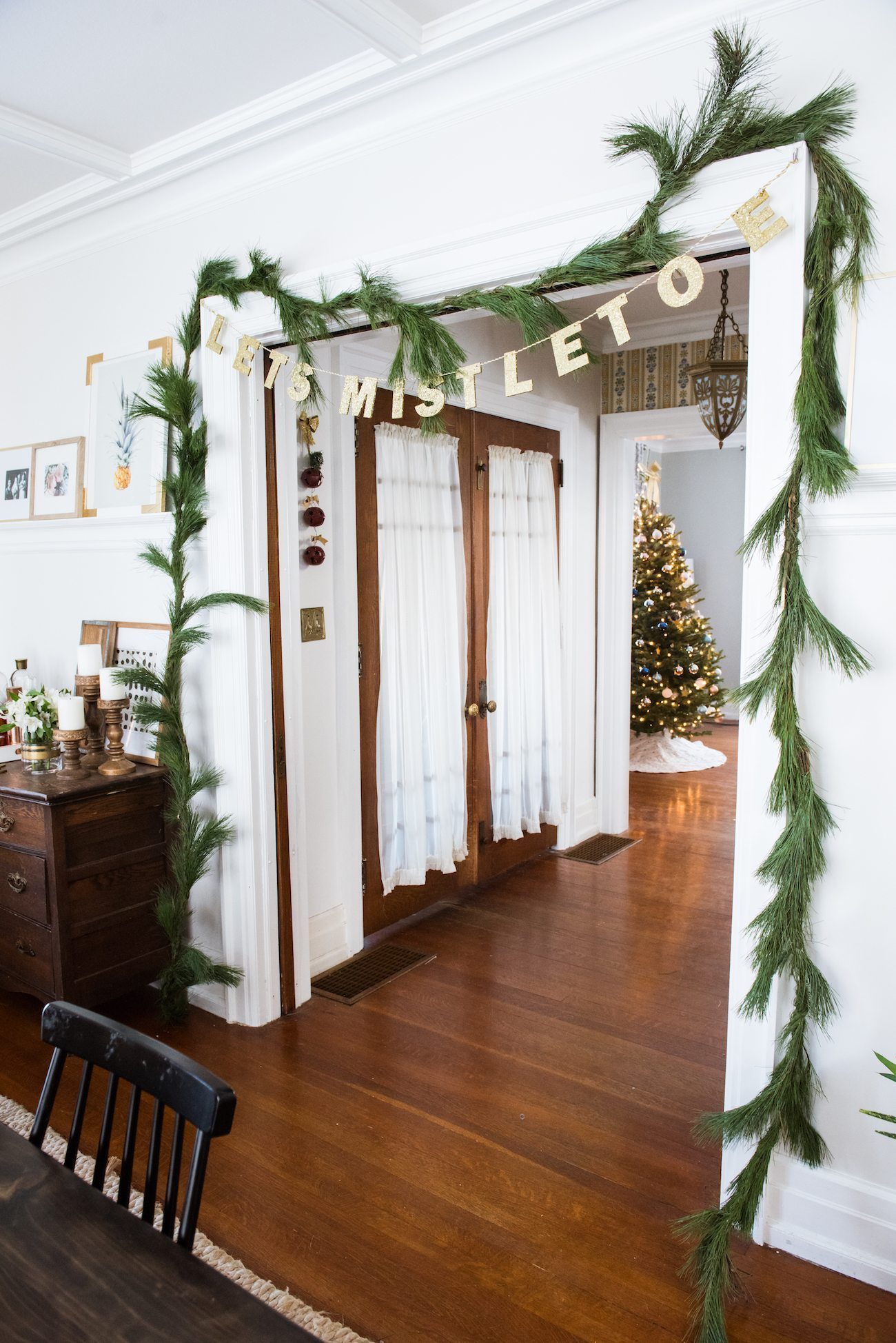 Dining Room Christmas Decor | Decorating for the holidays from @cydconverse