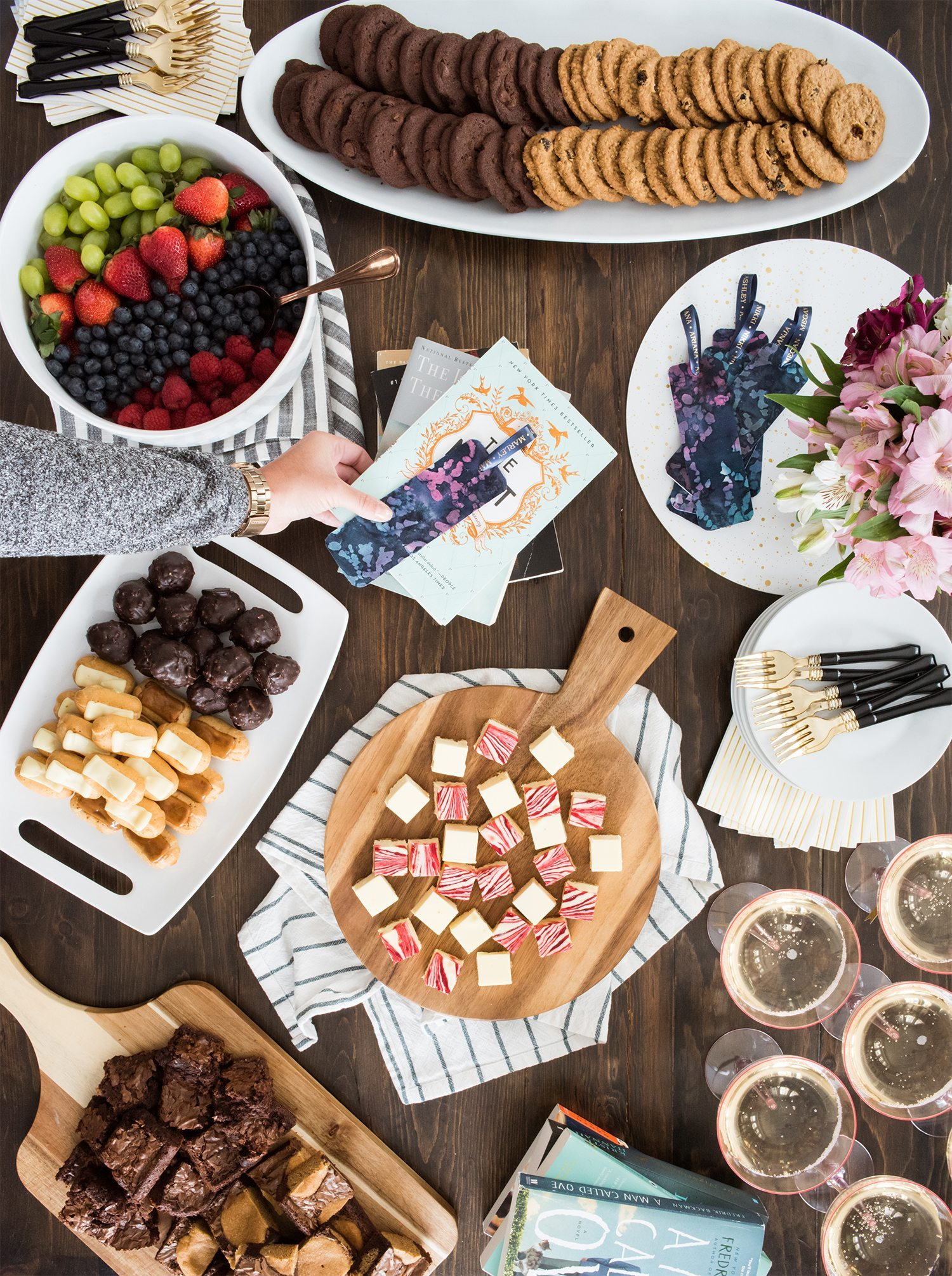 Hosting a Modern Book Club Party with @cydconverse | Click through for party ideas, entertaining tips, DIY ideas, recipes and more!