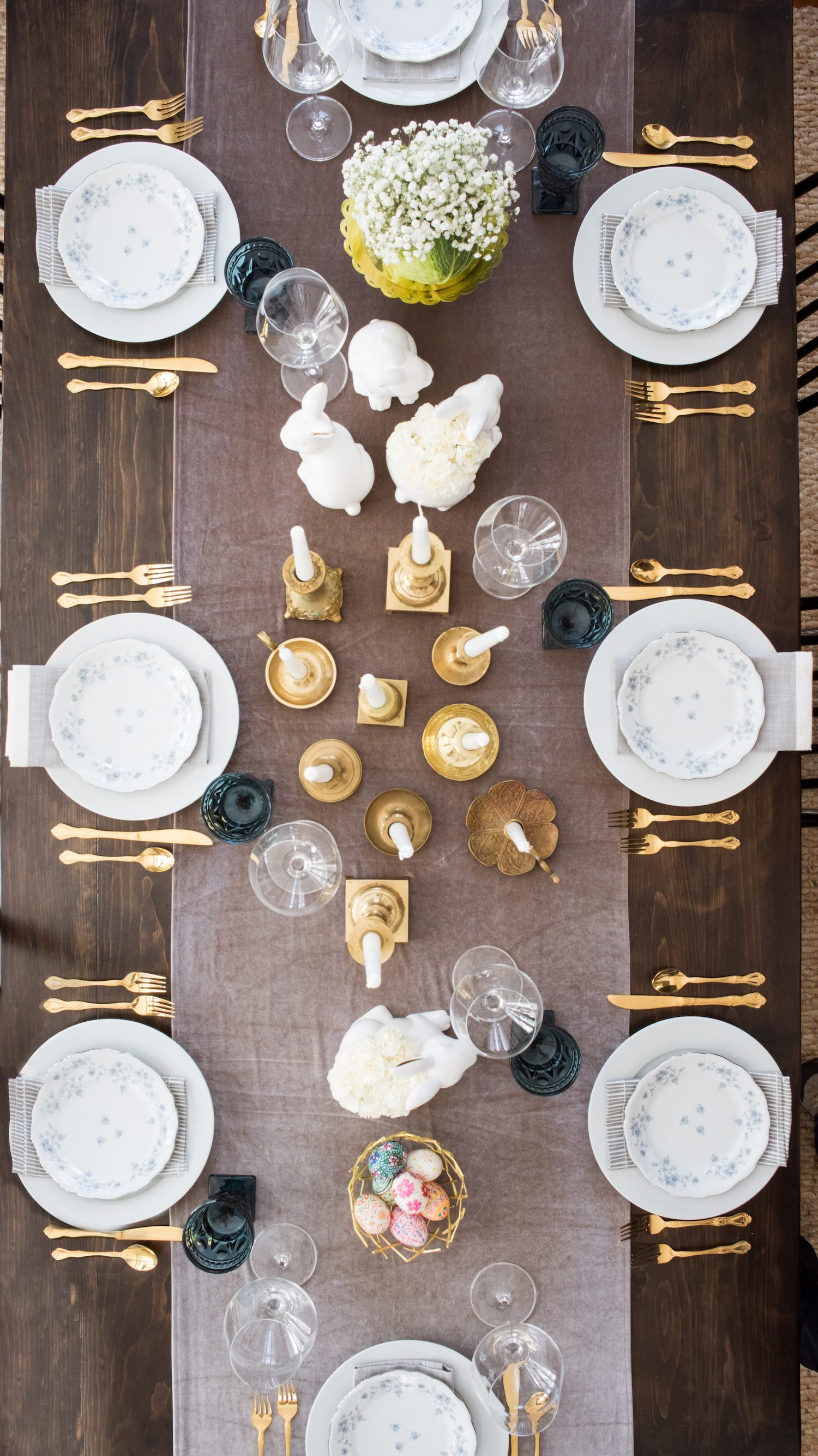 A Modern Elegant Easter Dinner Table | Click through to visit @cydconverse for Easter recipes, entertaining tips, party ideas, Easter recipes and more!