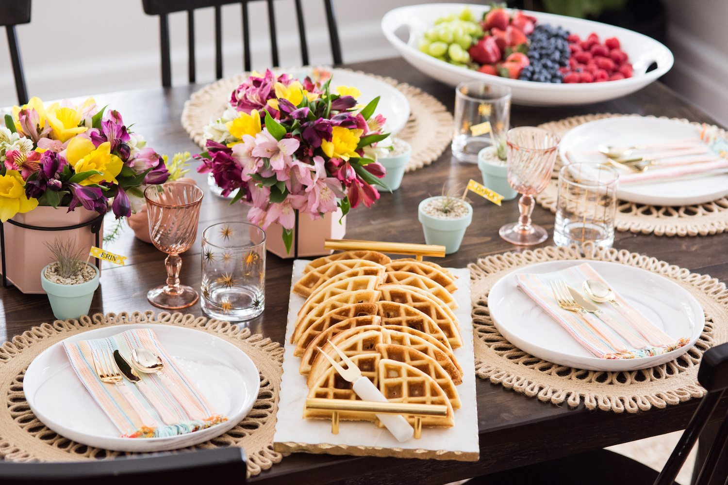 Click through for details on creating a perfectly festive and fresh spring brunch table! Perfect for Easter, Mother's Day, bridal showers and more please loads of additional entertaining tips, party ideas, recipes and more from @cydconverse