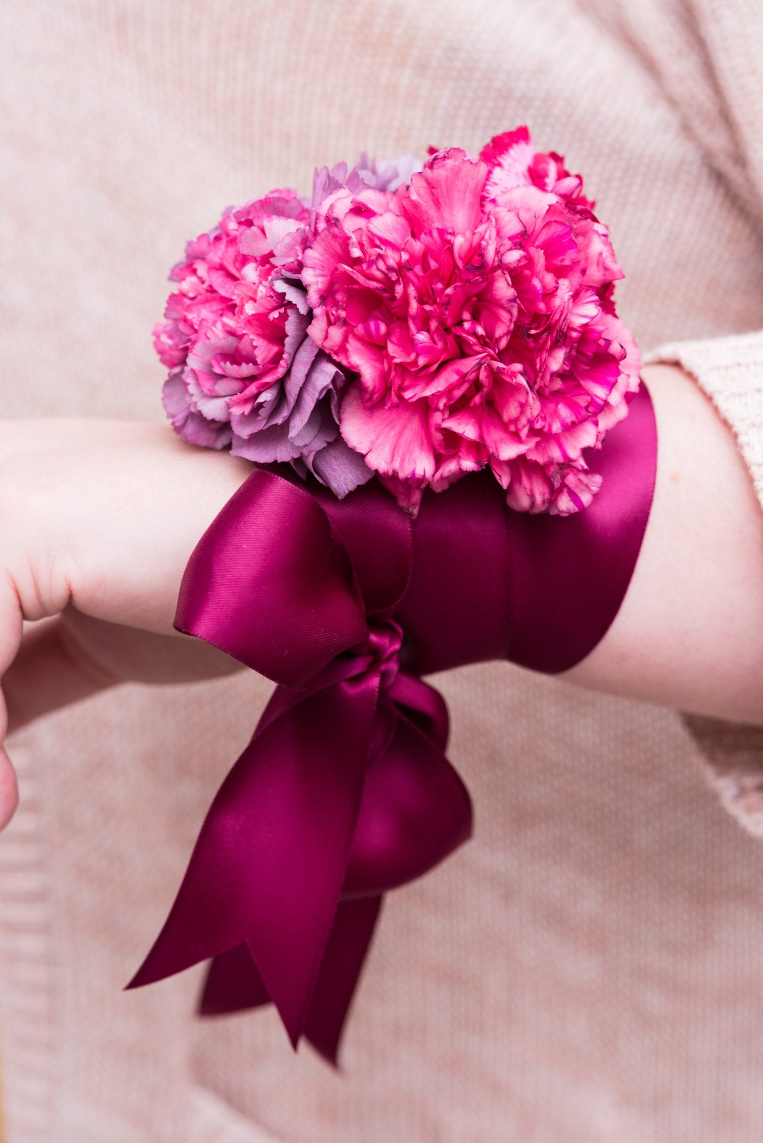 Make Mom feel like a queen with the prettiest DIY floral wrist corsages! Get the tutorial plus loads of entertaining tips and party ideas from @cydconverse