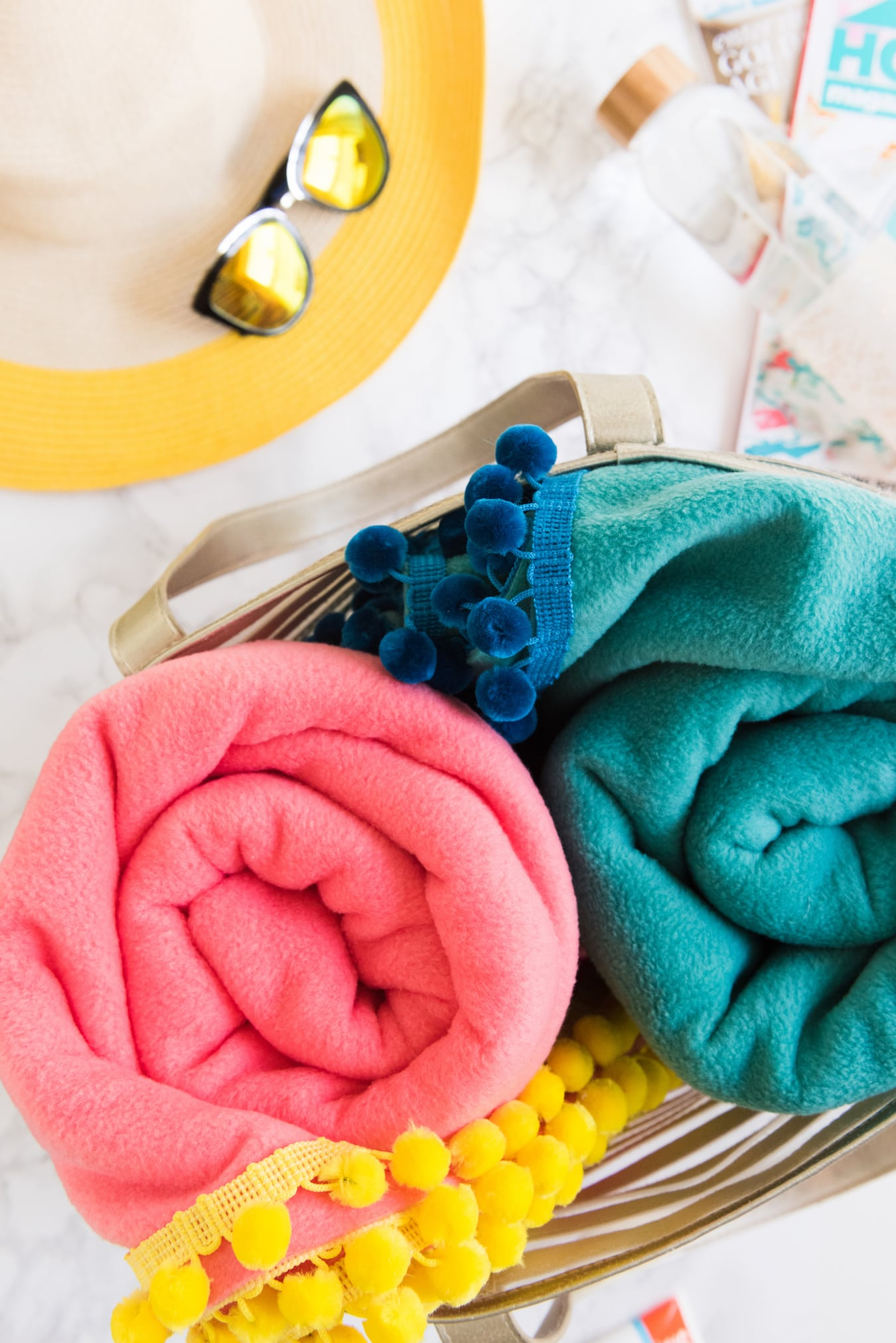 How to make a no-sew blanket! Find the tutorial for these colorful pom pom picnic blankets from @cydconverse! | Click through for more fun summer ideas, entertaining tips, party ideas, recipes, crafts and more!