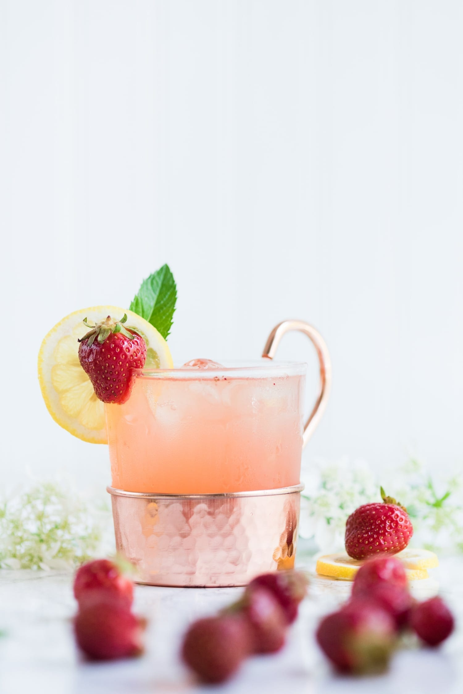 Click through for this farm to table inspired strawberry lemonade moscow mule made with fresh homemade strawberry lemonade from @cydconverse
