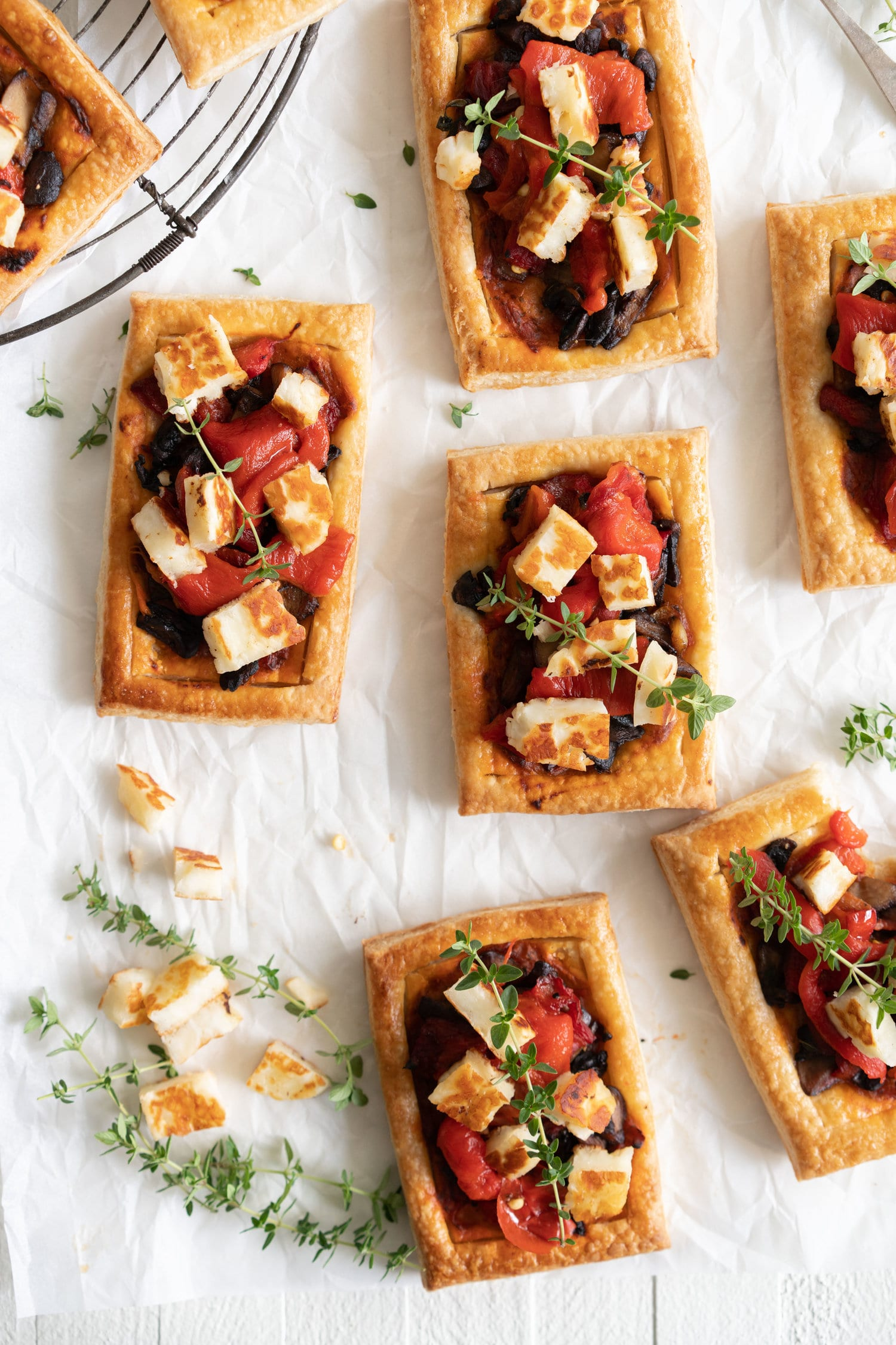 Chili Pesto, Mushroom, Roasted Red Pepper and Halloumi Tarts | Thanksgiving recipes via entertaining blog @cydconverse