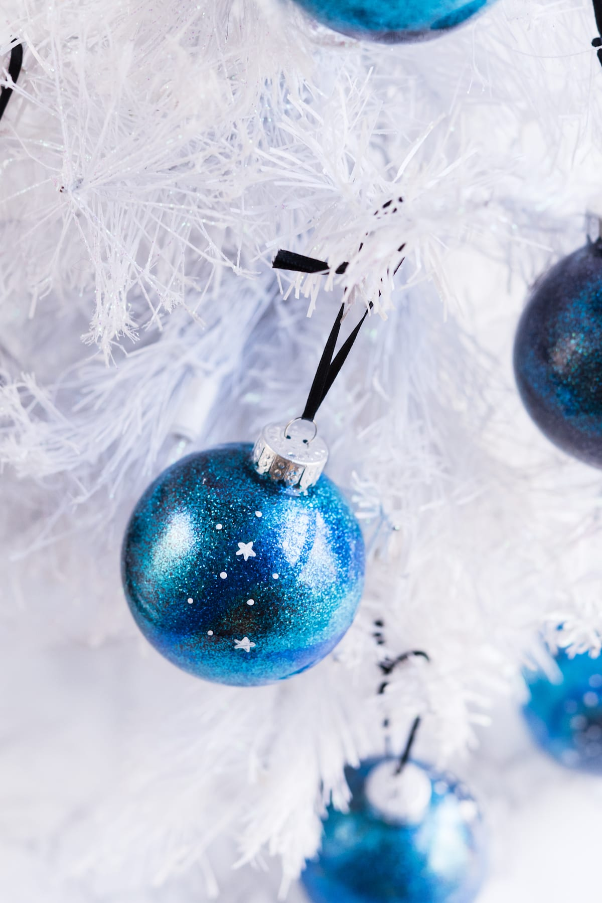 DIY Galaxy Homemade Ornaments | DIY ornaments, glitter ornaments, Christmas entertaining and entertaining tips from entertaining blog @cydconverse