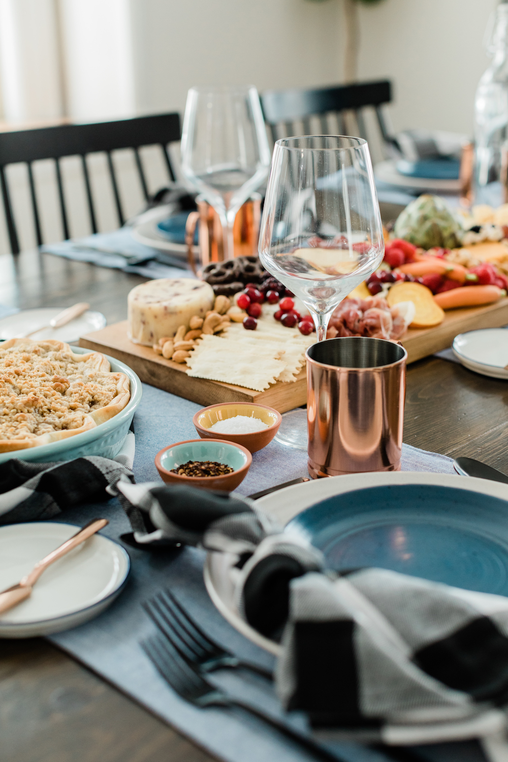Tips for Simple Thanksgiving Table Decor Tip 1: Set your table the night before if you can, or first thing in the morning after the turkey hits the oven. Bed Bath & Beyond is the best place for all of your holiday hosting needs, from the perfect roasting pan to gorgeous dinnerware, bakeware worthy of transferring right from oven to table, and all the loveliest flatware, glassware and linens to go along with the feast.
